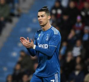 tugas utama seorang striker dalam permainan sepak bola adalah